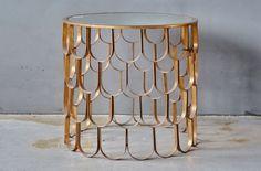 Trendy sofabord/sidebord i messing og med speil-overflate fra Trend Design. Bordet kan tørkes av med en tørrklut og speilet kan vaskes med vanlig Jif-spray.En definivt blikkfang!Størrelse: 54 x 51 cm