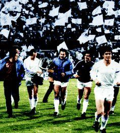 1982, 13 de abril, final de la cop del Rey, Real Madrid 2 - Sporting 1. En la foto: Stielike, San José, Ángel y Santillana