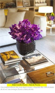 Jorge Elias - Hyundai Mostra Black Home Coffee Tables, Coffee Table Styling, Decorating Coffee Tables, Living Styles, Are You Happy, Floral Arrangements, Living Room Decor, Glass Vase, Make It Yourself