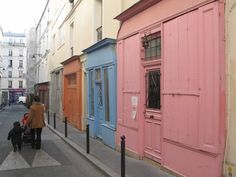 La charmante rue Sainte-Marthe et ses nombreuses façades colorées dans le 10ème