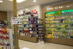 La Farmacia Reyes García, consciente de la necesidad de adaptación a los nuevos tiempos, ha llevado a cabo una remodelación integral de su establecimiento para mejorar el servicio dispensado a sus clientes.
