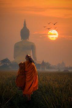 Monk walking dhutanga behind Big Buddha © Santi Foto Buddha Kunst, Art Buddha, Buddha Painting, Buddha Buddhism, Buddhist Monk, Buddhist Temple, Photo Zen, Buddhism Wallpaper, Lord Buddha Wallpapers