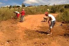 Moradores cansam de esperar e tapam buracos em estrada do Distrito Federal - http://noticiasembrasilia.com.br/noticias-distrito-federal-cidade-brasilia/2015/05/21/moradores-cansam-de-esperar-e-tapam-buracos-em-estrada-do-distrito-federal/
