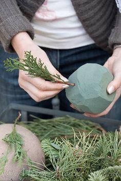 Diy Christmas Cards, Christmas Wreaths, Christmas Crafts, Christmas Tree, Wreaths And Garlands, Diy Bouquet, Scandinavian Christmas, Topiary, Diy Wreath