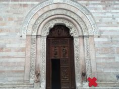 Portone della cattedrale di San Feliciano #Foligno #italy #architecture