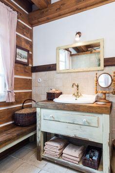 I komfort koupelny má příjemný tradiční styl. Diy Home Decor On A Budget, Rustic Cottage, Wooden House, Rustic Interiors, Natural Living, Master Bathroom, Washroom, Stylus, Shabby Chic