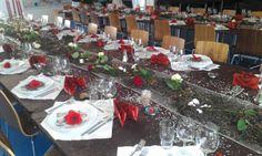 """Konfirmation til pige - Tema """" Det røde hav"""" .. Ved bordet er der brugt meget fra naturen: Bundflis fra haven som Navneskilt. Tang, skaller og sten fra stranden  og smukke blomster"""