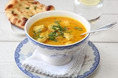 INDISK KYLLINGSUPPE MED EPLE, INGEFÆR OG CHILI Wine Recipes, Indian Food Recipes, Soup Recipes, Cooking Recipes, Ethnic Recipes, Food Plus, Food To Make, Clean Eating, Curry