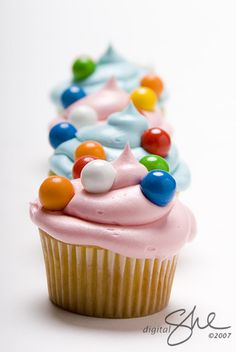 baking love this cake! gumball cupcakes: more from American Cupcake wedding cake cupcakes Sweet Cupcakes, Yummy Cupcakes, Cupcake Cookies, Cupcakes Kids, Pretty Cupcakes, Cupcakes Design, Eclair, Köstliche Desserts, Delicious Desserts