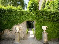 Características do jardim com inspiração da Provence #2: as trepadeiras novamente, também aquelas tipo unha de gato, ou falsa videira, tem muito espaço. Notar também as urnas.