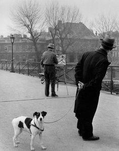 Robert Doisneau: Foxterrier auf dem Pont des Arts. 1953.