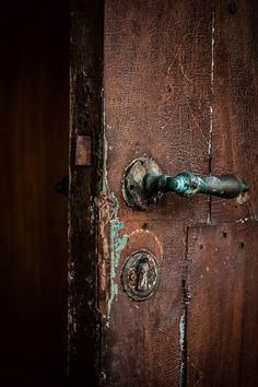 brown dress with white dots: Photo Door Knobs And Knockers, Knobs And Handles, Door Handles, Old Doors, Windows And Doors, Brown Doors, Door Detail, Brown Eyed Girls, Brown Aesthetic