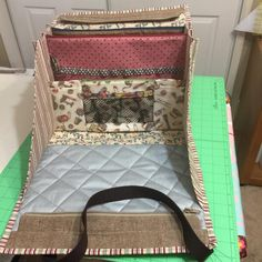 Tall pockets hold magazines and patterns. Cool Diy Projects, Projects To Try, Sewing Crafts, Sewing Projects, Snap Bag, Carry All Bag, Reusable Shopping Bags, Quilted Bag, Craft Videos
