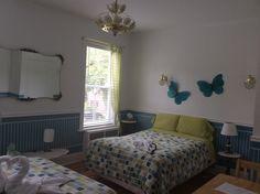 Chambre à deux lits doubles pour un total de 4 pers.   Deux couples ou un couple avec deux enfants.  Au Couette & Café À la Québécoise 418-529-2013