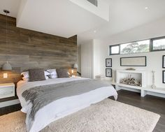 Ambiance dans les tons gris et blanc pour cette agréable chambre. Le mur en bois est à peine trop foncé, à mon goût ^^: