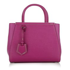 Fendi's '2Jours' tote is usually very classy! In this season it gets a trend makeover in a new powerful colour: magenta. This could definitly be your perfect WOW-bag to carry allday. Sling it easy over your shoulder or swing it nonchalantly from the top handles. Fashionette.de
