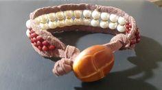 Lindo diseño de brazalete de gamuza. Tejido a mano co  cristal checo y perla cubierta co  un toque de madera  estilo botón como broche. Kml