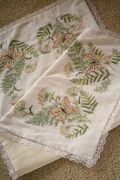 dresser runnner embroidery | Flickr: Intercambio de fotos