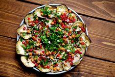 Bagt aubergine salat med granatæble, ristede kikærter og tahindressing