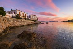 Discover the best things to do in Spetses Greece, best beaches, restaurants, top hotels, and breathtaking photos! Top Hotels, Greek Islands, Athens, Travel Guide, Greece, Things To Do, Mansions, House Styles, Beach