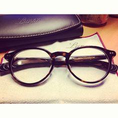 frame + cloth + leather case...love it! Lunor A6 ルノアでしか出会えない秀逸なモデルはクラシカルでいてモダンな雰囲気。他には見られないディテールの美しさ、品質、アンティーク眼鏡のような独特のオーラを放っています。 玉型は3型です