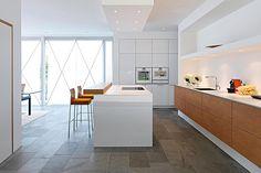 A cozinha precisa ter uma iluminação geral repleta de luzes difusas – de, no mínimo, 60 volts – e lâmpadas com fachos diretos espalhadas pelo ambiente.