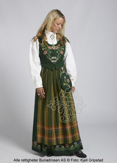 Nordlandsbunad - The green version. They also come in blue. Folk Costume, Costumes, Costume Ethnique, Norwegian Vikings, Norwegian Style, Frozen Costume, Traditional Dresses, Playing Dress Up, Boho Fashion