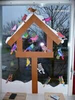 Groot vogelhuis op raam