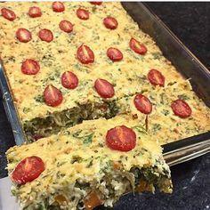 Torta de frango fit Sem farinha Receita 150g de brócolis cozido 150g de couve flor cozida 150g de cenoura cozida 250g de frango desfiado 150g de requeijão de corte 3 ovos temperos a gosto parmesão tomates cerejas para finalizar. Modo de preparo: bater no liquidificador os ovos + couve flor + requeijão + temperos. Misturar a massa o frango desfiado + brócolis + cenoura + temperos. Colocar tudo em uma refratária decorar com tomates cerejas e parmesão ralado. Forno 200 graus ate dourar. Use...