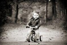 Belle photo d'enfant en noir et blanc, en automne, vers Saint-etienne.