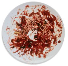 """Recriação de Vik Muniz para a personagem da mitologia grega, com molho de tomate e espaguete, """"Medusa Marinara"""", de 1999. Veja mais em: http://semioticas1.blogspot.com.br/2015/01/vik-muniz-no-microscopio.html"""