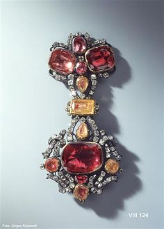 Hat clasp (rubin garnish), Johann Friedrich Dinglinger (1702-1767), Dresden, 1736 (changed before 1817), Green Vault, 6 rubies, spinels, 6 dupes, 96 diamonds, gold, silver, 11.4 x 5.4 cm.