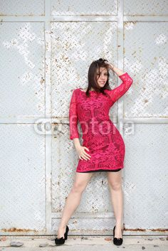 Ragazza con abito rosso