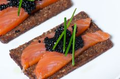 Pan de cereales con salmón y caviar @NUTRIDELIA #BienestaratravesdelaNutrición Llama al Tel. 976 23 37 57
