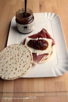 Piadina con crudo, brie e composta di fichi - Piadina with Parma Ham, Brie and Fig Compote