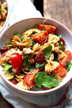Italian pasta salad with arugula, dried tomatoes and mozzarella. Italian pasta salad with arugula, dried tomatoes and mozzarella. Mozzarella Salat, Cooking Tomatoes, Pasta Salad Italian, Chicken Salad Recipes, Pasta Recipes, Chicken Pasta, Cooking Recipes, Snacks Recipes, Keto Chicken