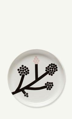 This Marimekko large round platter made of white porcelain features a flowering motif taken from Carina Seth Andersson's new Hortensie pattern. Marimekko, Scandinavian Living, Scandinavian Design, Serveware, Tableware, Sgraffito, Nordic Design, Katana, White Porcelain