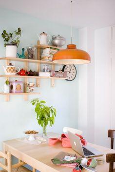 Estante na cozinha e um relógio vintage