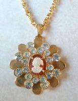 570df26f4945 Vintage Style Rhinestone Studded Cameo Pendant And Necklace. Collar Antiguo