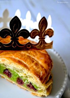 Voici la recette de la galette des rois qu'il vous faut absolument tester! Délicieusement réalisée à base de crème d'amande à la pistache et de cerises !