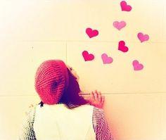 """""""Celebro o amor e elejo um pensamento bom por dia. Percebo a força que as palavras doces têm. E sei que o que recebo é sempre um eco!..."""" (marla de queiroz)"""