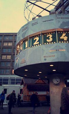 🌟Photo prise à Berlin voicis l'horloge de tout endroit du monde !!🌟