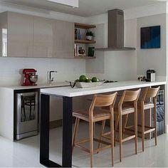 Bom dia queridos 🌸🌸🌸 Ótimo domingão!!!! Cozinha l Destaque para os armários nude com pintura alto brilho que ficou bem suave! Projeto Juliana Pippi #kitchen #gourmet #cocina #Cozinha #buenosdias #goodmorning #bonjour #bomdia #food #sunday #domingo #homestyle #reforma #planejados #designer #marcenaria #cool #instago #instadaily #architecture #decor #morning #arquitetura #decorating #blog #blogfabiarquiteta #fabiarquiteta