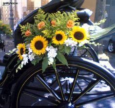 http://www.lemienozze.it/gallerie/foto-fiori-e-allestimenti-matrimonio/img14031.html I girasoli come fiori per il matrimonio per l'addobbo della carrozza degli sposi
