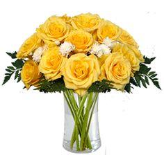 El amarillo es un color vibrante que permite tener la mente clara y despejada. Levanta el ánimo y transmite alegría a través de este hermoso bouquet.12 rosas amarillas y crisantemos con follaje.