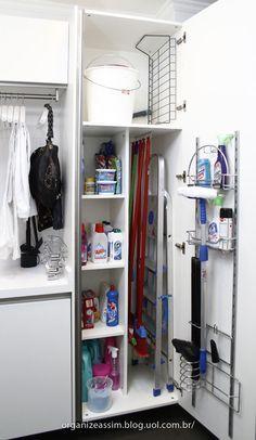 ideia para guardar vassouras e materiais de limpeza sem parecer uma bagunça