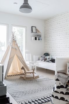 Find inspiration to create a kids' room in a white pallet with the latest interior design trends. Bedroom Themes, Bedroom Decor, Gender Neutral Bedrooms, Kids Room Organization, Kids Room Design, Room Interior, Interior Design, Girl Room, Room Inspiration