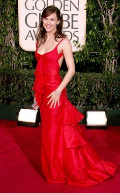 Jennifer Garner in a red vintage Valentino gown at the Golden Globes Award Show Dresses, Valentino Gowns, Red Carpet Gowns, Jennifer Garner, Jennifer Lawrence, Jennifer Aniston, Golden Globes, Beautiful Celebrities, Beautiful Women