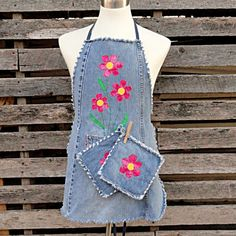 Upcycled blue jeans as matching apron and potholders.  How cute!