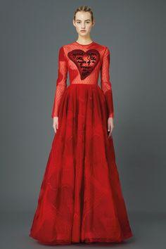 Valentino Pre-Fall 2015 Runway – Vogue. Vestido corazón Valentino, rojo pasión. San Valentin.